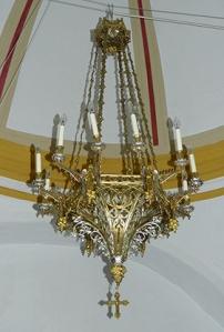 lámpara de bronce que cuelga de la cúpula