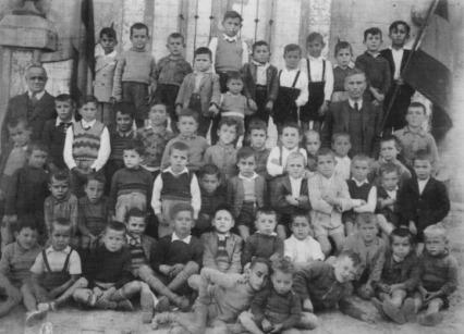 D Rafael y D Angel con alumnos - años 40