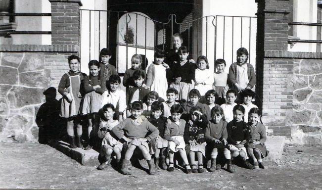 Dª Petra y alumnas - años 50