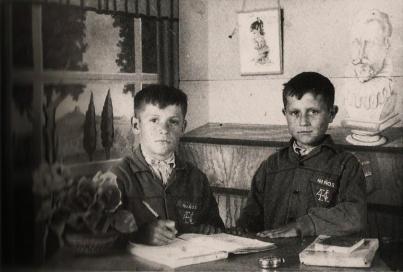 Julián y Antonio, típica foto de escuela con falso fondo